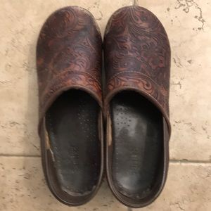 Sanita dark brown clogs